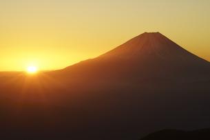 富士山と朝日の写真素材 [FYI04523568]