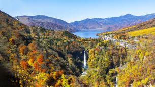 日光国立公園、紅葉に染まる中禅寺湖と華厳の滝の俯瞰の写真素材 [FYI04523644]