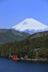 箱根芦ノ湖と雪の富士山の写真素材 [FYI04523773]