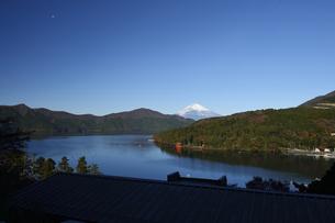 箱根芦ノ湖と雪の富士山の写真素材 [FYI04523780]