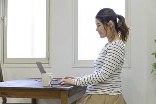 自宅で仕事をする妊婦さんの写真素材 [FYI04523900]