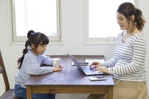 自宅で仕事をする妊婦さんの写真素材 [FYI04523916]