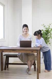 自宅で仕事をする妊婦さんの写真素材 [FYI04523917]