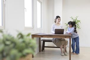 自宅で仕事をする妊婦さんの写真素材 [FYI04523918]