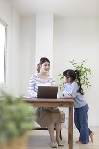 自宅で仕事をする妊婦さんの写真素材 [FYI04523919]