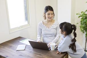 自宅で仕事をする妊婦さんの写真素材 [FYI04523921]
