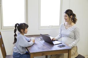 自宅で仕事をする妊婦さんの写真素材 [FYI04523922]