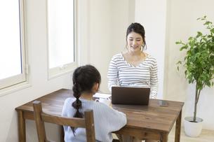 自宅で仕事をする妊婦さんの写真素材 [FYI04523924]