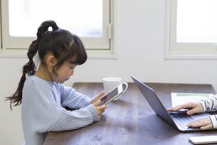 タブレットで遊ぶ女の子の写真素材 [FYI04523926]