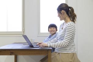 自宅で仕事をする妊婦さんの写真素材 [FYI04523932]