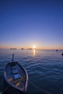 夕焼けとボートの写真素材 [FYI04524032]
