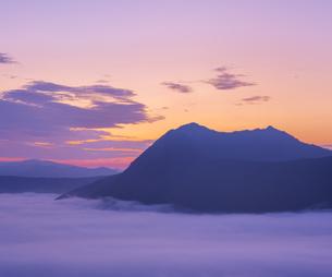 北海道 自然 風景 摩周湖 朝焼けと雲海の写真素材 [FYI04524147]