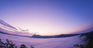 北海道 自然 風景 摩周湖 朝焼けと雲海の写真素材 [FYI04524156]