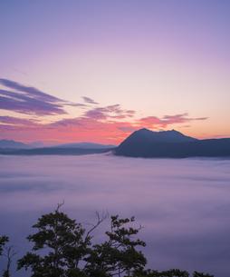 北海道 自然 風景 摩周湖 朝焼けと雲海の写真素材 [FYI04524158]