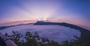 北海道 自然 風景 摩周湖 朝焼けと雲海の写真素材 [FYI04524162]
