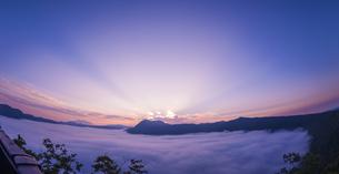 北海道 自然 風景 摩周湖 朝焼けと雲海の写真素材 [FYI04524164]