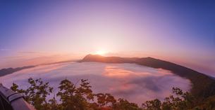 北海道 自然 風景 摩周湖 日の出と雲海の写真素材 [FYI04524166]