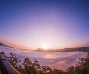 北海道 自然 風景 摩周湖 日の出と雲海の写真素材 [FYI04524167]