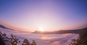 北海道 自然 風景 摩周湖 日の出と雲海の写真素材 [FYI04524168]