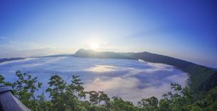 北海道 自然 風景 摩周湖 日の出と雲海の写真素材 [FYI04524170]