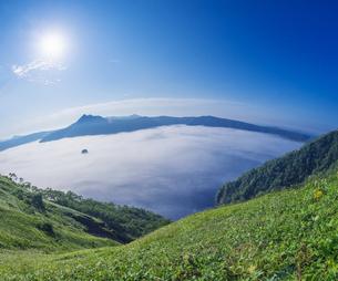北海道 自然 風景 摩周湖 雲海の写真素材 [FYI04524177]