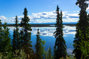 夏のアラスカ、湖面に映る青空の写真素材 [FYI04524298]