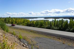 夏のアラスカハイウェイの写真素材 [FYI04524299]