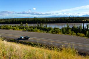 夏のアラスカハイウェイの写真素材 [FYI04524300]
