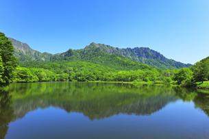 夏の戸隠連峰と鏡池の写真素材 [FYI04524387]
