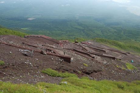 夏の富士山の登山道の写真素材 [FYI04524433]