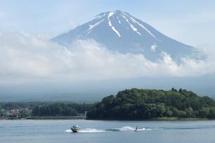 富士山が見える河口湖でサーフボートをする人の写真素材 [FYI04524443]