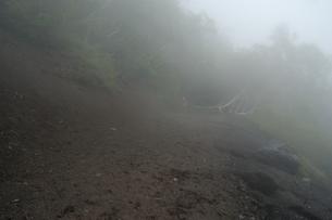 夏の富士登山途中の霧の風景の写真素材 [FYI04524453]