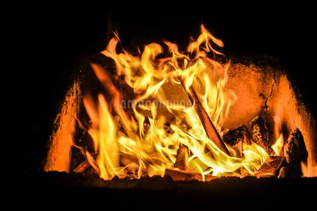 真っ赤に燃える炎のイメージの写真素材 [FYI04524565]