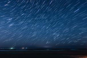 40分間の星の軌跡(仙台荒浜海岸)の写真素材 [FYI04524575]