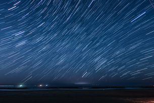 60分間の星の軌跡(仙台荒浜海岸)の写真素材 [FYI04524580]