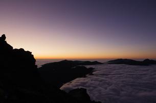 槍の肩から西鎌尾根を見下ろす。日没後の雲海。の写真素材 [FYI04524593]