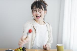 女性 トマト 食べさせるの写真素材 [FYI04524623]