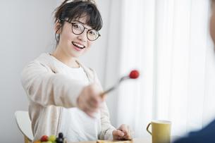 女性 トマト 食べさせるの写真素材 [FYI04524624]