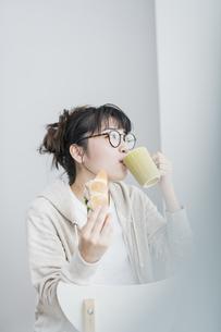 女性 ランチ サンドイッチの写真素材 [FYI04524659]