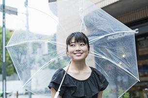 女性 雨 散歩の写真素材 [FYI04524662]