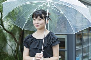 女性 雨 散歩の写真素材 [FYI04524664]