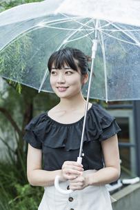 女性 雨 散歩の写真素材 [FYI04524665]