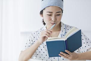女性 歯磨き 読書の写真素材 [FYI04524701]