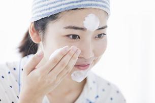 女性 洗顔の写真素材 [FYI04524723]