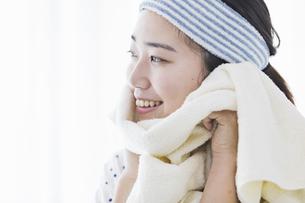 女性 洗顔の写真素材 [FYI04524726]
