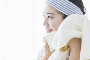 女性 洗顔の写真素材 [FYI04524728]