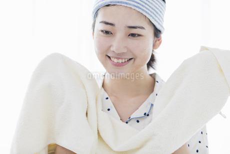 女性 洗顔の写真素材 [FYI04524735]