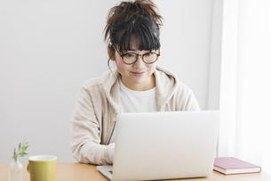 女性 パソコン 操作の写真素材 [FYI04524747]