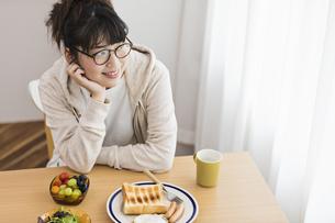 女性 朝食の写真素材 [FYI04524758]