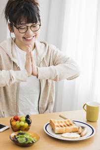 女性 朝食の写真素材 [FYI04524760]